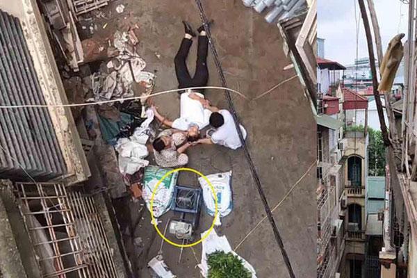 Đi trong ngõ ở Hà Nội, người đàn ông đột nhiên bị xe rùa từ tầng 5 rơi trúng-1