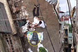 Đi trong ngõ ở Hà Nội, người đàn ông đột nhiên bị xe rùa từ tầng 5 rơi trúng