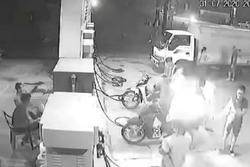 Xử lý 3 thanh niên cố tình hút thuốc suýt gây hỏa hoạn cây xăng ở Hà Nội