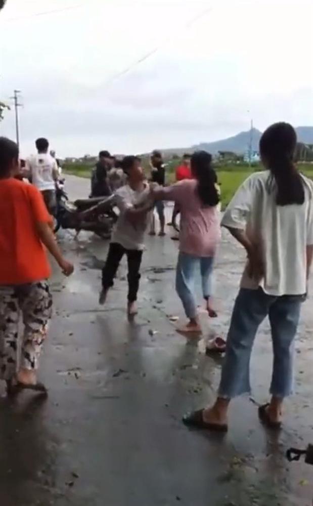 Trai gái đánh nhau giữa đường, bạn bè đứng chửi xung quanh, phì phèo hút thuốc-2