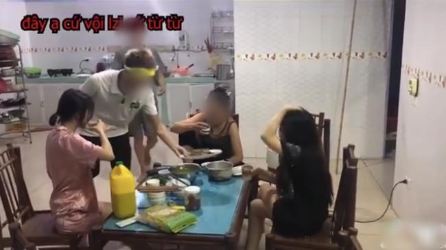 Mẹ đẻ cùng 2 con dâu ngồi nhậu bắt con trai nấu nướng, ra lệnh Rán cá xong chưa cho mẹ con tao nhắm-1