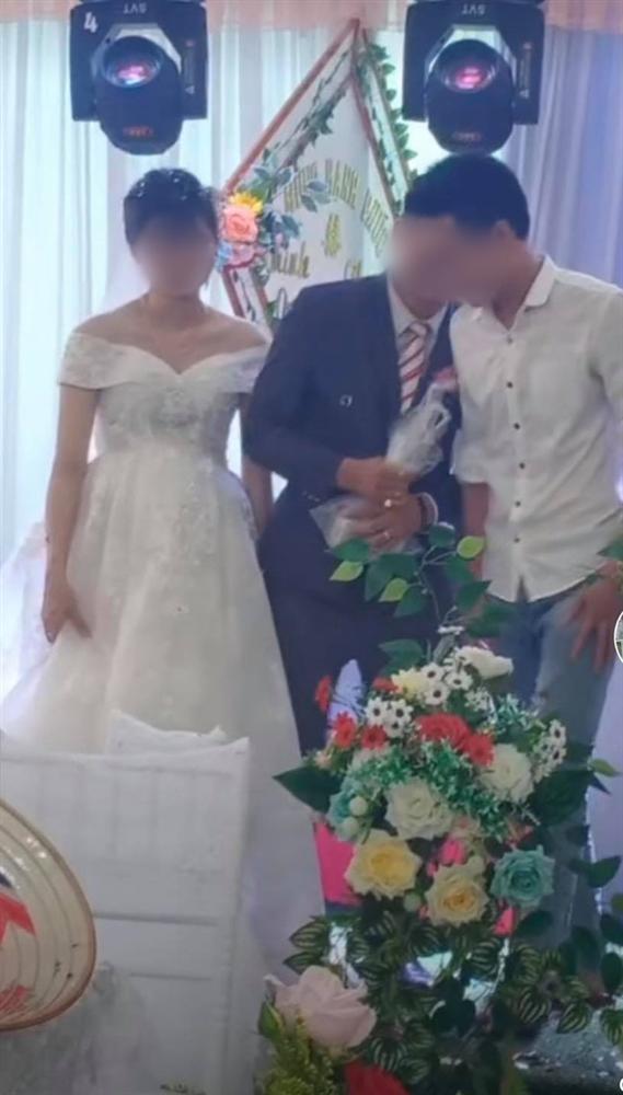 Ngày cưới, hội bạn thân tặng quà lầy lội, chú rể giải quyết cực kì cao tay-3