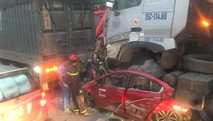 Container tông xe 4 chỗ dừng đèn đỏ làm 3 người chết ở Hà Nội: Chuyến xe định mệnh đi lễ rằm-1