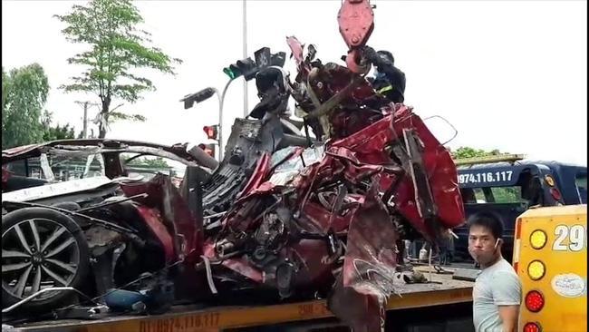 Vụ container đâm bẹp ô tô con, 3 người tử vong ở Hà Nội: Sức khỏe nữ nạn nhân sống sót duy nhất ra sao?-2