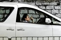 Mẹ Trương Bá Chi lái taxi kiếm tiền