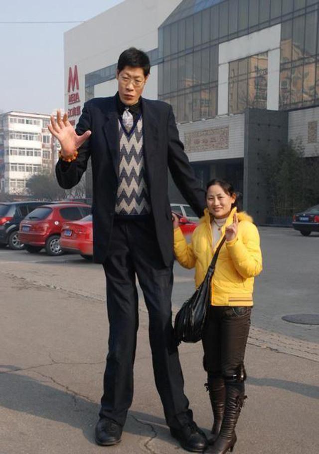 Người Trung Quốc bị gọi là sinh vật kỳ lạ vì chiều cao 2,42 m-1