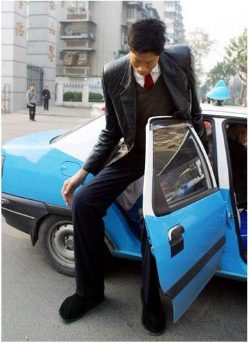 Người Trung Quốc bị gọi là sinh vật kỳ lạ vì chiều cao 2,42 m-2