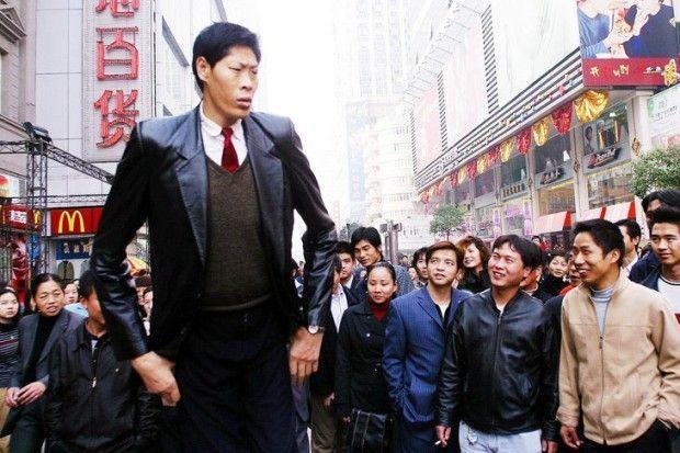 Người Trung Quốc bị gọi là sinh vật kỳ lạ vì chiều cao 2,42 m-3
