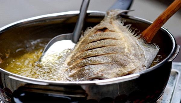 Nàng vụng học ngay 5 bước chiên cá vàng giòn, không bị nát hay bắn dầu-2