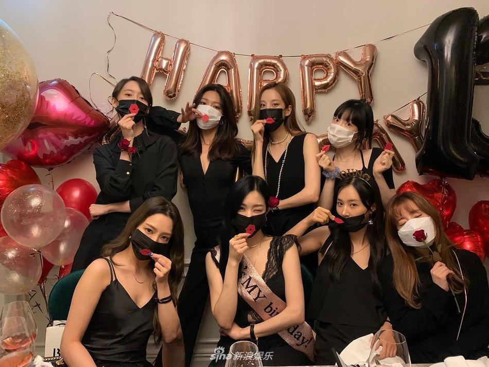 Kỷ niệm 13 năm thành lập, SNSD hội ngộ ton-sur-ton từ đồ ngủ đến váy dự tiệc-1