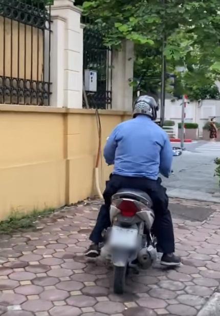 Truy tìm gã biến thái sàm sỡ 2 cô gái giữa ban ngày trên phố Đê La Thành - Hà Nội-1