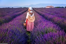 Đi khắp thế giới chụp ảnh trong trang phục truyền thống các nước