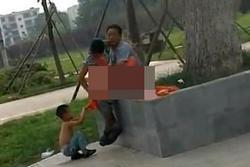 SỐC: Bà mẹ và người tình vô tư làm 'chuyện ấy' trước mặt con trai ở công viên