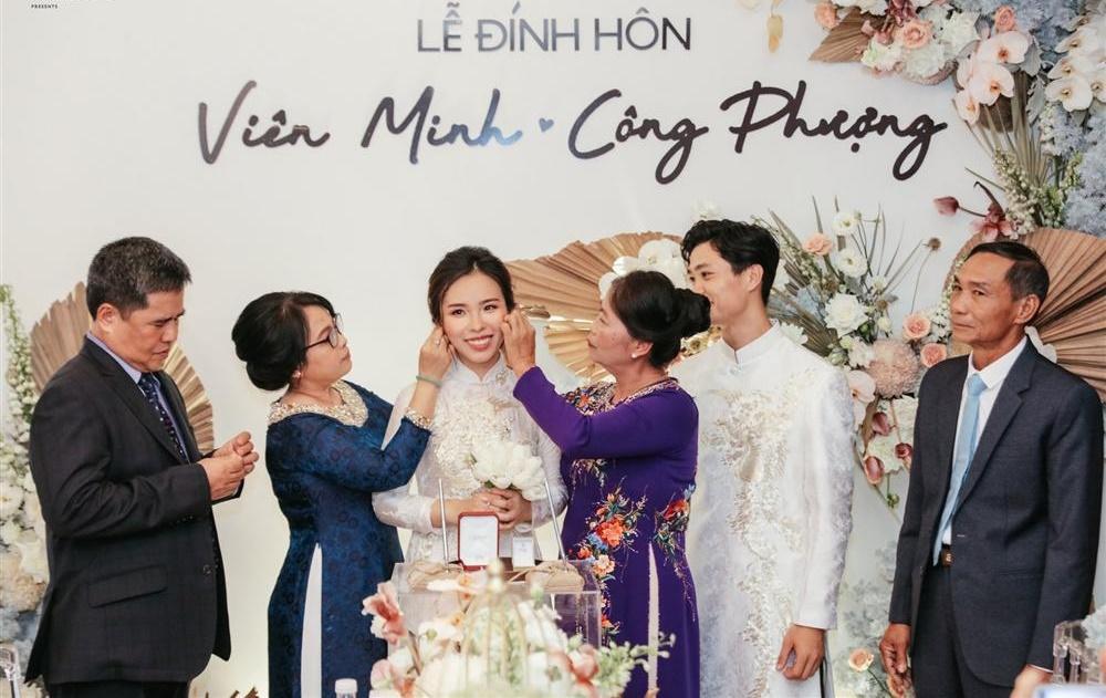 Lộ khoảnh khắc Công Phượng được vợ sắp cưới Viên Minh phục vụ tận chân răng-3