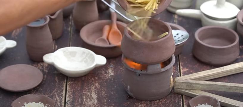 Làm đồ ăn siêu nhỏ, bà Tân bị soi dùng chất dễ gây ngộ độc để đun nấu-3