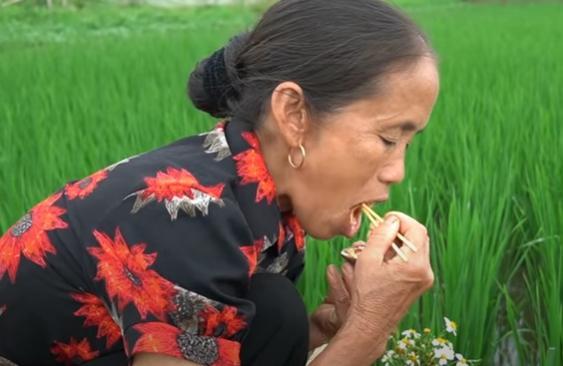 Làm đồ ăn siêu nhỏ, bà Tân bị soi dùng chất dễ gây ngộ độc để đun nấu-1