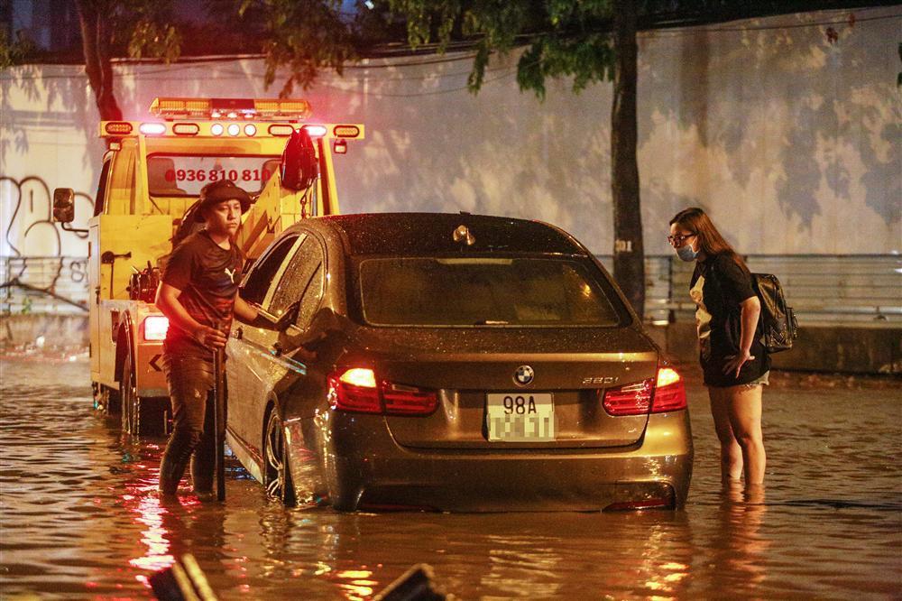 Mưa lớn trên diện rộng, ô tô ngập trong biển nước, nhìn thấy mỗi nóc xe-5