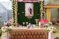 Đến dự đám cưới cặp đôi trẻ, khách mời ngẩn ngơ khi thấy bàn tiếp đón trang trí trông như... bàn thờ