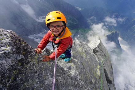 Bé trai 3 tuổi chinh phục đỉnh núi 3.000m