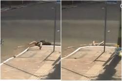 CLIP: Đâm trúng ô tô giữa ngã tư, cô gái ngã thụt xuống cống khiến tất cả giật mình