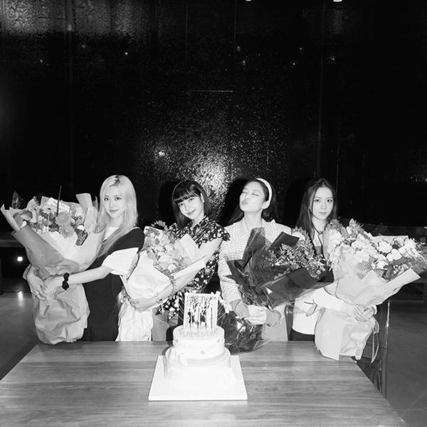 Hot K-Pop 8/8/2020: Lisa cầu hôn Rose mừng 4 năm debut, TREASURE chinh phục TOP ITUNES-4
