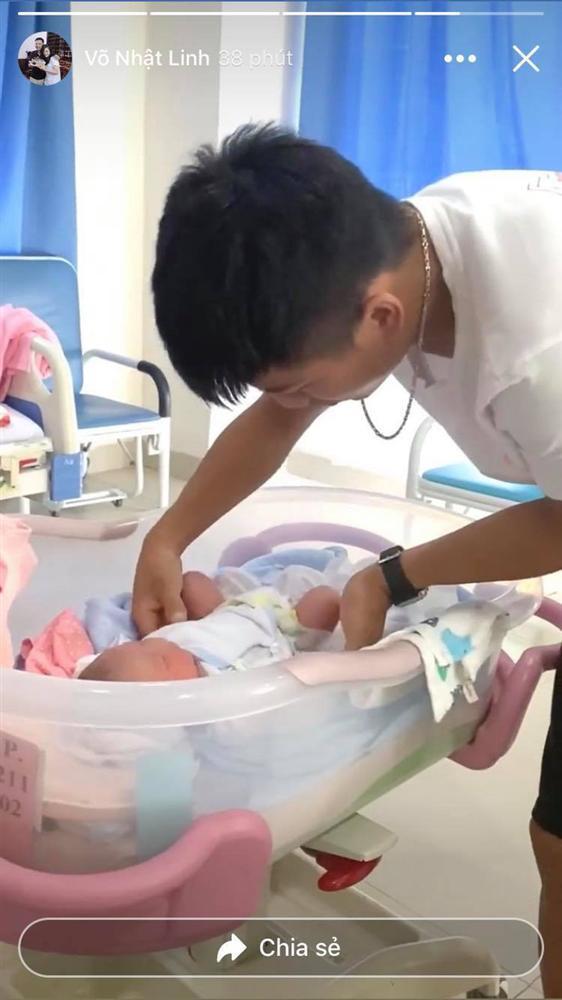 Tan chảy loạt khoảnh khắc Phan Văn Đức trổ tài chăm con gái mới chào đời-2