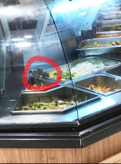 Kinh hãi hình ảnh 2 chú chuột vô tư đánh chén trong quầy thức ăn bán sẵn tại trung tâm thương mại nổi tiếng ở Sài Gòn-2