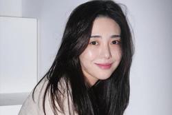 AOA Mina đăng ảnh cổ tay đầy máu, nhập viện khẩn cấp trong đêm