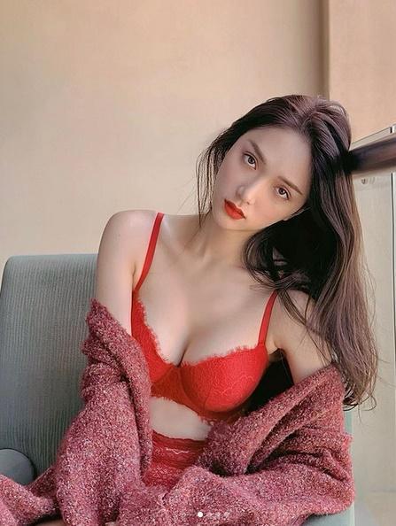 Hương Giang đốt cháy mạng xã hội với hình nội y sexy, không quên dằn mặt cô nàng hám fame-2