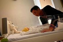 Khoảnh khắc đậm tình phụ tử của Cường Đô La và con gái vừa chào đời