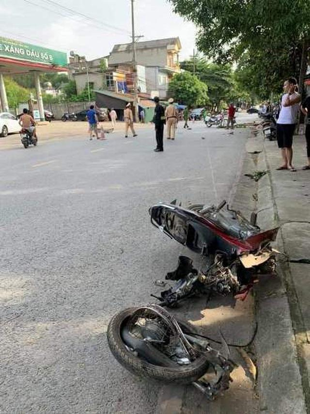 Đối đầu ô tô khiến xe máy gãy đôi, nam sinh tử vong tại chỗ-1