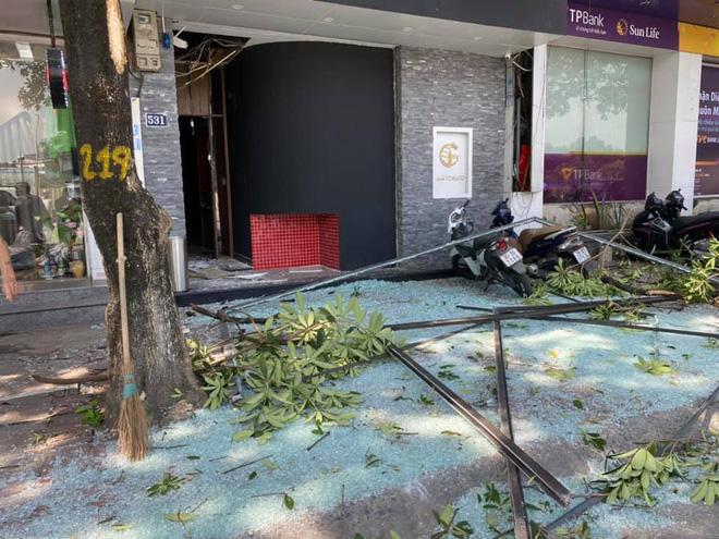 Nổ lớn nhà dân giữa trung tâm Hà Nội, taxi vạ lây vì vỡ tan kính chắn-3