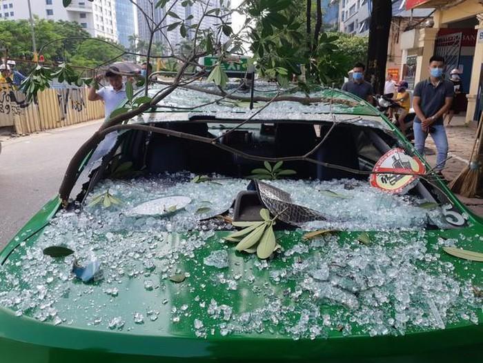 Nổ lớn nhà dân giữa trung tâm Hà Nội, taxi vạ lây vì vỡ tan kính chắn-2