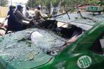 Nổ lớn nhà dân giữa trung tâm Hà Nội, taxi vạ lây vì vỡ tan kính chắn