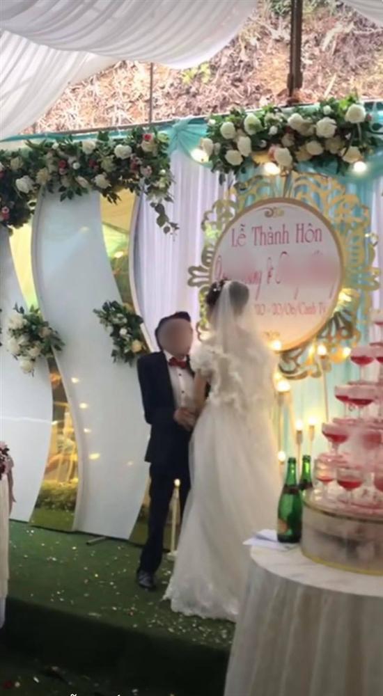 Cảnh hôn đám cưới rầm rộ MXH: Hành động xấu hổ của chú rể được hưởng ứng rần rần-1