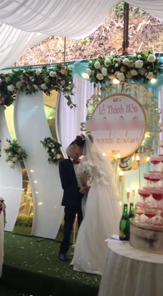 Cảnh hôn đám cưới rầm rộ MXH: Hành động xấu hổ của chú rể được hưởng ứng rần rần-2