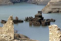 Thị trấn ma đột nhiên nổi lên mặt nước, để lộ những ngôi nhà có từ thế kỷ 13