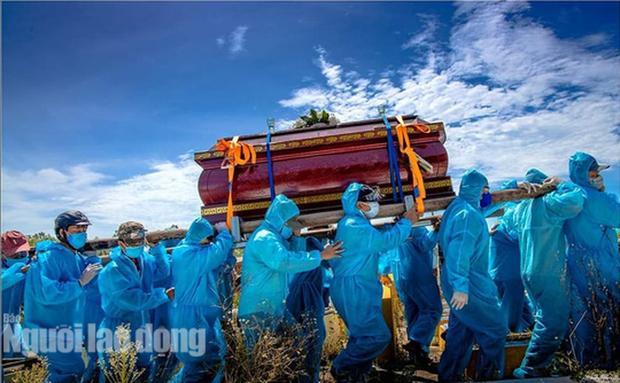 Đám tang nơi tâm dịch Covid-19 Quảng Nam: Nắng như thiêu vẫn phải mặc đồ bảo hộ kín mít-1