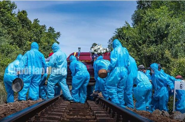 Đám tang nơi tâm dịch Covid-19 Quảng Nam: Nắng như thiêu vẫn phải mặc đồ bảo hộ kín mít-2