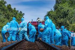 Nghẹn ngào đám tang nơi tâm dịch Covid-19 Quảng Nam: Tất cả đều phải mặc quần áo bảo hộ kín mít