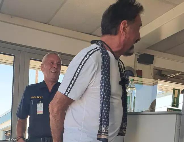 Bị bế về đồn vì đeo quần lót ren thay khẩu trang, ông trùm công nghệ thanh minh loại này an toàn nhất luôn đó-3