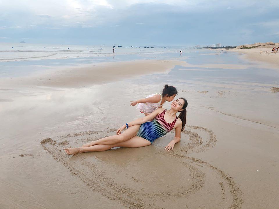 Lấy chồng 10 năm nhưng hoa hậu Hương Giang chưa một lần xem ảnh cưới hỏi-10