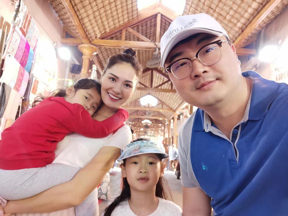 Lấy chồng 10 năm nhưng hoa hậu Hương Giang chưa một lần xem ảnh cưới hỏi-9
