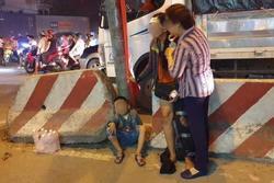 Bé trai 2 tuổi cùng mẹ và anh trai đi bán vé số bị cuốn vào gầm container