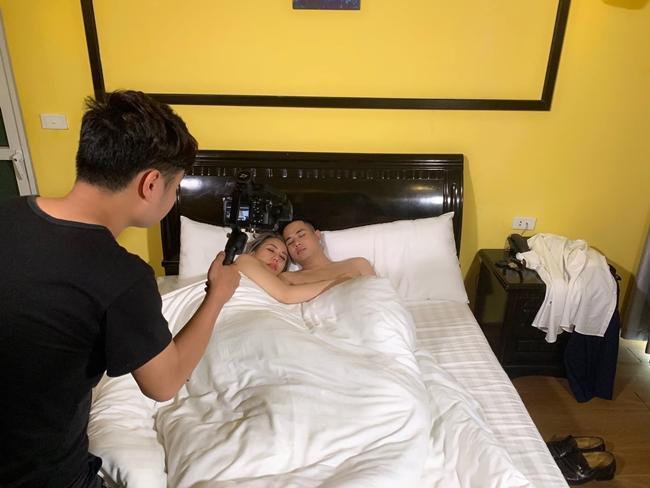 Cảnh nóng phim Việt: Diễn cảnh yêu trước mặt chồng, được đạo diễn thị phạm nhiệt tình-13