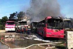 6 ô tô chở công nhân liên tiếp bốc cháy không rõ nguyên nhân