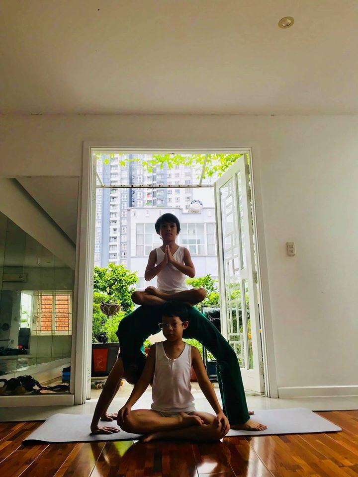 Mẹ Hồ Ngọc Hà luyện yoga cực đỉnh ở tuổi 63, đến con gái cũng thua xa-2