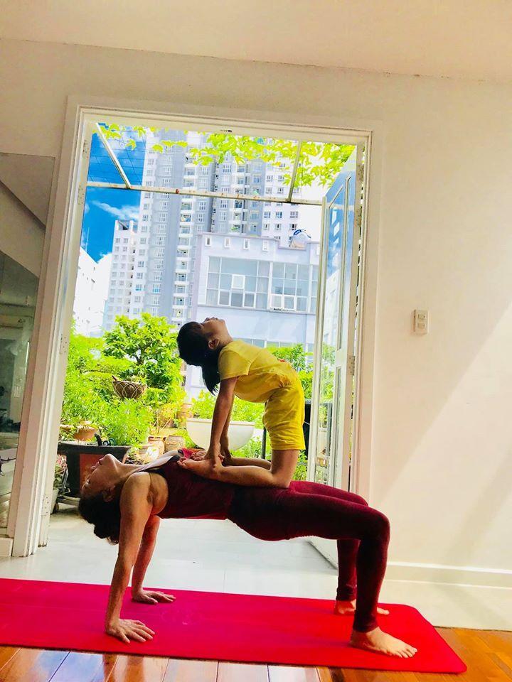 Mẹ Hồ Ngọc Hà luyện yoga cực đỉnh ở tuổi 63, đến con gái cũng thua xa-4