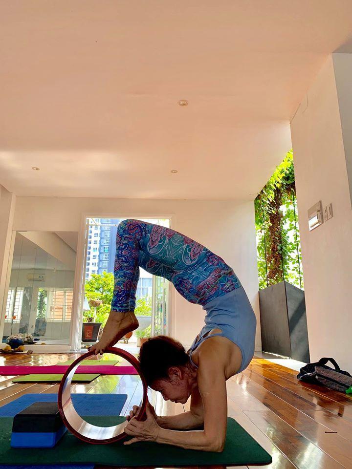 Mẹ Hồ Ngọc Hà luyện yoga cực đỉnh ở tuổi 63, đến con gái cũng thua xa-11