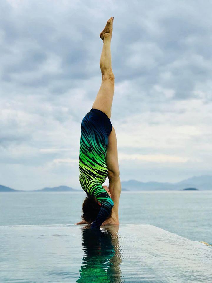 Mẹ Hồ Ngọc Hà luyện yoga cực đỉnh ở tuổi 63, đến con gái cũng thua xa-8
